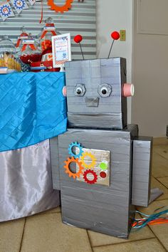 I'm so excited to share this fabulous Robot Party with you today, that was styled by Carol of Partylicious in Puerto Rico! Carol has wanted to throw her son a Robot Party since he was a baby, but it took a little convincing. Finally for his fifth birthday, Carol was able to throw the party she'd dreamed about for four years, and as you'll see she