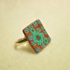Bague carrée en fimo motifs fleurs turquoise sur fond graphique