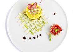 Risotto-alla-curcuma-e-asparagi-bianchi-e-verdi-con-fragole-fresche-e-marmellata-di-rabarbaro