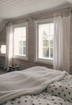 star sheets, tähtilakanat, scandinavian white bedroom, log home White Bedroom, Modern Bedroom, Bedroom Decor, Rustic Bedrooms, Bedroom Ideas, Log Home Living, My Living Room, Log Home Interiors, Scandinavian Bedroom