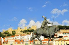 View of St. George Castle from Praça da Figueira, Lisbon. Lisbon Tours, Lisbon Guide, The Beautiful Country, Boat Tours, Day Trip, Cool Places To Visit, Castle, Travel, Night Train