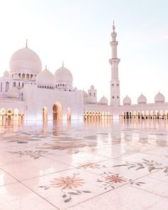 Konrad and I have been to Dubai six years ago and we didn't manage to visit Abu Dhabi back then. Since then the Sheikh Zayed Mosque has been on our bucket list and every time I saw one of the… Islamic Wallpaper Iphone, Mecca Wallpaper, Beautiful Mosques, Beautiful Places, Mekka Islam, Mecca Kaaba, Mosque Architecture, Gothic Architecture, Ancient Architecture
