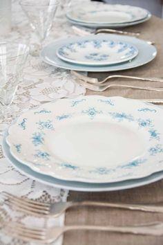 nydelig lyseblå #borddekking #vintage #table setting Table Settings, Blue Interiors, Plates, Dishes, Vintage Table, Tableware, Pretty, House Ideas, Licence Plates