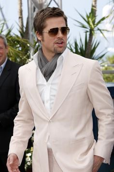Stylish Brad Pitt(ex Richard Dallas,ex Chris AW) Brad And Angie, Brad And Angelina, Angelina Jolie, Sharp Dressed Man, Well Dressed Men, Brat Pitt, Brad Pitt Style, Jolie Pitt, Summer Scarves