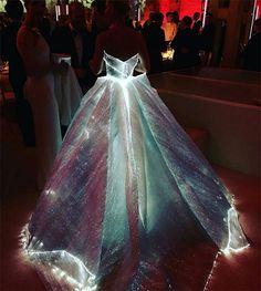 // Claire Danes light up princess dress at MET Gala //