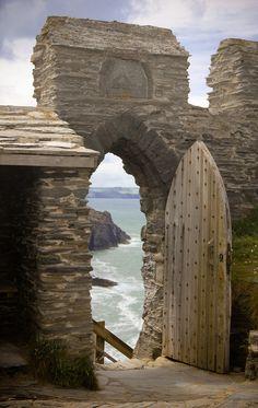 Les vieux murs et les portes du château de Tintagel. Le lieu de naissance du roi Arthur. photo par Vincent Hoogendoorn