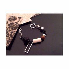 Bracelet abstrait. Bois, métal, chaîne et corde de cuir. Creative bracelet. Wood, metal, chain and leather cord.