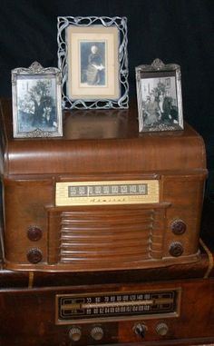display antique family photos on top of vintage radio Display Family Photos, Old Family Photos, Retro Radios, Antique Radio, Antique Decor, Photo Displays, Create Yourself, Diys, Interior Decorating