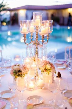 Ricevimento sul lungomare: candelabri, moltissime candele, diamanti...