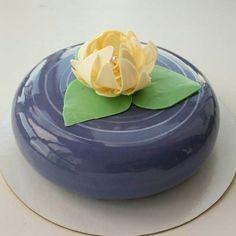 glaçage miroir sur un petit gâteau bleu