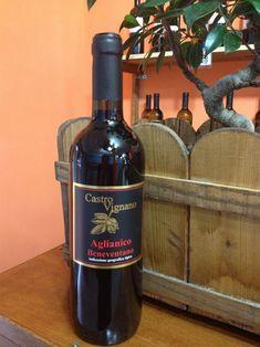 Aglianico Beneventano Imbottigliato Castro Vignano I.G.T  E' un vino rosso prodotto in Campania dalle Cantine Varchetta,viticoltori dal 1891.  L'Aglianico è un vitigno rosso coltivato prevalentemente in Campania, Basilicata, Puglia e Molise.  E' un vitigno molto antico, sembrerebbe di origine ellenico, di cui ne deteneva originariamente il nome, introdotto in Italia alcuni secoli a.c. L'utilizzo del vitigno è predominante nella zona delMonte Vultureed è considerato uno dei migliori vini…