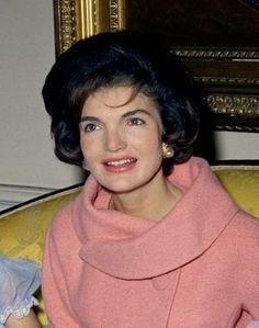 Jackie Kennedy, the ultimate style icon! Women styled their hair like Jackie in the faddish bouffant, a fussy classic style that only lasted as long as her husband was in office. Estilo Jackie Kennedy, Jfk And Jackie Kennedy, Jackie Oh, Les Kennedy, Jaqueline Kennedy, Grace Kelly, American First Ladies, Estilo Fashion, Sporty Fashion