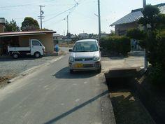 袋井市諸井の重要道路、北210号線を走る車、道路が狭いので拡幅を袋井市に要請中