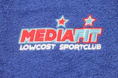 Algunos ejemplos de toallas de algodón bordadas con diferentes logos de clientes. Drink Sleeves