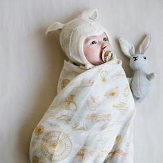Entzückende Baby-Rassel von Cam Cam. Der kleine Hase ist ideal zum greifen und hat im Inneren ein kleines Glöckchen, welches schön klingt wenn er geschüttelt wird.  #rassel #meinkleinesich #babygeschenk äerstesspielzeug Kind Mode, Baby Fever, Copenhagen, How To Fall Asleep, Inventions, Cute Babies, Organic Cotton, Super Cute, Cry