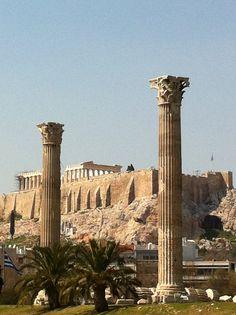 Templo de Zeus Olímpico (Olimpeion), con la Acrópolis al fondo, en Atenas (Grecia).