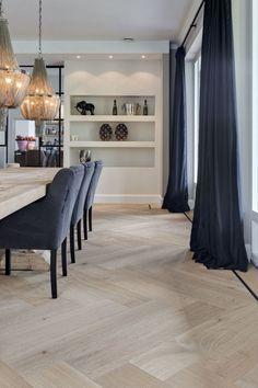 Visgraatmotief groot formaat met traditionele bies van Nobel Flooring | OBLY.com | inspiratieplatform & blogazine luxe wonen