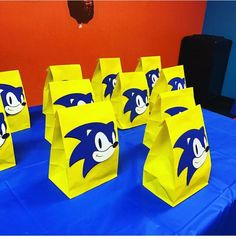 This listing is for 1 dozen Sonic themed goodie bags. The Sonic head is die cut, handmade and glued to the paper bag. The paper bag measures approximately 9 tall. Sonic Birthday Cake, Sonic Birthday Parties, 7th Birthday, Sonic Party, Birthday Party Decorations, Party Themes, Hedgehog Birthday, Haircut Styles, Goodie Bags