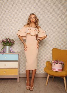 Купить платье из неопрена бежевого цвета с воланами на плечах по низкой цене