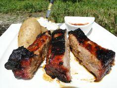 Les travers de porc, on adore et j'en mange uniquement quand je vais au Buffalo grill et que je n'ai pas trop envie de cuisiner! Ce petit goût caramélisé et sucré de la viande me fait fondre! J'ai accompagné mes travers de porc d'une pomme de terre cuite...