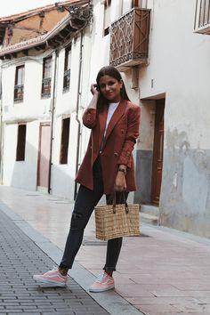 Look de entretiempo con blazer, jeans y zapatillas #style #outfit #fashion
