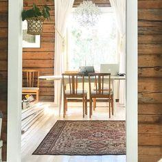 Kiva matto löytyi navetasta. Hienoa säilyttää talon historiaa uudessa asussaan💕👌🏻. #hirsitalo #punkalaidun #maaseutu #remonttimelkeinvalmis… Interior Styling, Room Divider, Furniture, Interior, Home Decor, Room