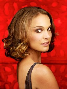 Natalie Portman hair - I wish I was more girly and could do things like this! Natalie Portman, Celebrity Hairstyles, Cool Hairstyles, Hairstyle Ideas, Mathilda Lando, Shaggy Bob Haircut, Bob Haircuts, Short Punk Hair, Jenifer