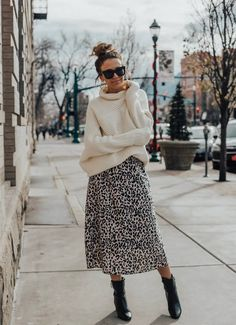 Leopard Outfits Trends to Keep in 2019 Classic Print Leopard Skirt Outfit Ideas Chunky Sweater Outfit Ideas What to Wear with your black booties Leopard Skirt Outfit, Leopard Outfits, Midi Skirt Outfit, Leopard Print Skirt, Winter Skirt Outfit, Cute Winter Outfits, Fall Outfits, Winter Outfits With Skirts, Winter Midi Skirt