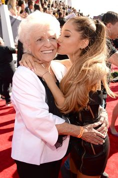 Pin for Later: Best of 2014: les 29 Moments les Plus Mignons du Tapis Rouge Ariana Grande et Sa Grand Mère aux VMAs