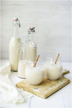 traditional mexican horchata// I doubt I will ever make this, as it has too much sugar and carbs, but it does sound delicious. I love good horchata! Fancy Drinks, Yummy Drinks, Yummy Food, Refreshing Drinks, Juice Drinks, Mexican Horchata, Tapas, Non Alcoholic Drinks, Beverages