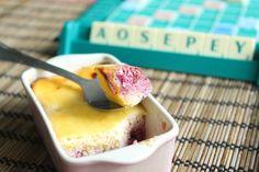 Toskański pudding z ricotty z malinami: 125g sera ricotta, 1 jajko/żółtko, 1/2 laski wanilii/olejek wanilinowy, maliny