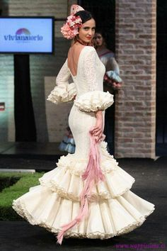Todo Ideas en flamenca recogido bajo Flamenco Wedding, Look Fashion, Fashion Show, Spanish Dress, Spanish Style, Flamingo Dress, Latin Dance Dresses, Flamenco Dresses, Frou Frou