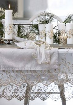 Christmas table... Oh, just look at the lace on that tablecloth!