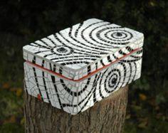 Mosaic box white and black by Terraluka on Etsy, Mosaic Tray, Mosaic Glass, Mosaic Tiles, Mosaic Crafts, Mosaic Projects, Mosaic Designs, Mosaic Patterns, Cigar Box Art, Mosaic Furniture