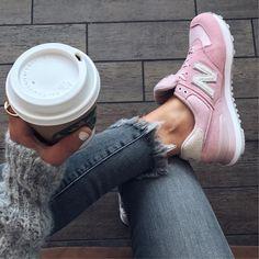 Mega stylischer Sneaker für Frauen, oder? Den New Balance 574 Pink gibt es auch noch in vielen anderen Farben! Foto: https://www.instagram.com/thehouseofsequins/?hl=de