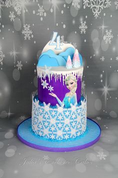 I really love Frozen themed birthday cakes, you can definitely let your imagination go wild :) A clients desire - snowflakes - wanted to make them in a unconventional way :) The cake covered with colored buttercream. Fondant decorations.