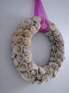 Guirlanda natalina com flores de jornal