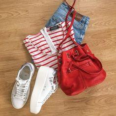 Look casual et printanier en rouge et blanc : débardeur à rayures + jean boyfriend + sneakers compensées + sac seau >> http://www.taaora.fr/blog/post/t-shirt-mariniere-rouge-eleven-jean-boyfit-baskets-semelles-epaisses-ash-cyber-blanches-avec-etoiles-sac-seau-rouge
