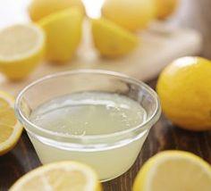 Des gouttes de jus de citron dans le nez  Le citron, très riche en vitamine C et en antioxydants, est un bon ingrédient contre le nez bouché.