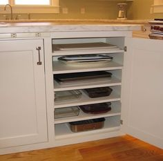 Kitchen storage: extra shelves or pullout shelves for chopping board and baking . Kitchen storage: extra shelves or pullout shelves for chopping board and baking trays New Homes, Home Organization, Dream Kitchen, Kitchen Organization, Kitchen Remodel, Kitchen Renovation, Kitchen Storage, Kitchen Cabinetry, Home Projects