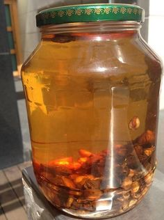 Τα κουκούτσια αυτά χρειάζονται για να παρασκευάσουμε το διάσημο λικέρ Kirsch που είναι εκχύλιση αρώματος βερίκοκο,κερασιού η βύσσινου σε αλκοόλη.<br /> Το Kirsch,είναι το ποτό που συνοδεύει την Black<text>...</text> Greece Food, Greek Cooking, Sweet Words, Preserves, Mason Jars, Lemon, Herbs, Homemade, Drinks