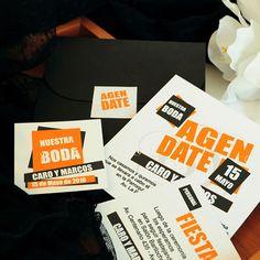 Referencia: prov019. Promo Mini Reyna Negro. Sobre Mini Reyna negro opaco 240grs. Incluye tarjetón, tarjeta personal, tarjeta para souvenir y sticker simil monograma.