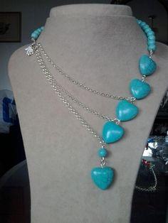 Collar con cadenas plateadas y piedras de turquesas en forma de corazón