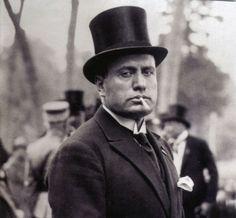 si, anche lui fu scrittore e testimonial e inventore di slogan. il Duce, come recita una delle tante agiografie del tempo, fu infatti '' Uomo di pensiero e di azione, un teorico e un pratico ''era proprio '' er faccennone ''  ( BENITO MUSSOLINI )