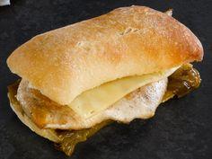 Bocadillo  de pechuga de pollo, queso y pimiento verde