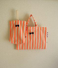 絵本バッグと上靴入れのセットです。サイドのギザギザがポイントです。蛍光オレンジのストライプに黒のリボン。パープルのギザギザに内布の色は明るいグリーンの組み合わ...|ハンドメイド、手作り、手仕事品の通販・販売・購入ならCreema。 Diy And Crafts, Arts And Crafts, Kids Bags, Made Goods, School Bags, My Bags, Creema, Diy For Kids, To My Daughter