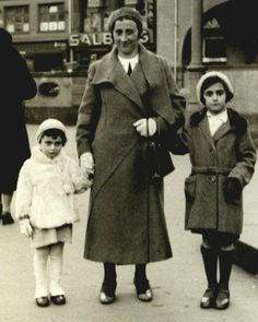 """gdtatiananikolaevna: """" Edith Frank with her daughters, Margot and Anne Frank c. Margot Frank, Anne Frank Quotes, Family Photo Album, Women In History, Family History, Interesting History, Les Miserables, World War, Wwii"""