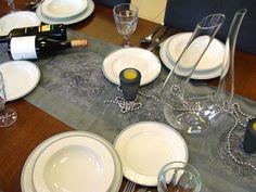 Klasická krása, ktorá zaujme na prvý pohľad: Porcelán od českého výrobcu THUN nakúpite v našom e-shope. #porcelan #thun #vianoce #dizajn #design #inmedio #in_medio #vianoce #casvianoc #dar #darcek #gift #daruj #krasne #nadherne Table Settings, Box, Gifts, Snare Drum, Presents, Place Settings, Favors, Gift, Tablescapes