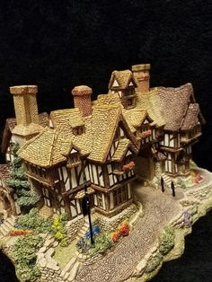 The King's Arms : Lilliput Lane English Cottages Collection Polymer Clay Miniatures, Polymer Clay Projects, Miniature Crafts, Miniature Houses, Minecraft, Diy Fairy Door, Fairytale House, Doll House Crafts, Medieval Houses