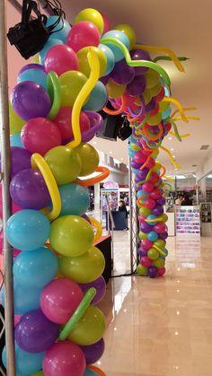 Arco de globos multicolor para carnaval